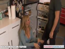 Зрелая блондинка с большими дойками соблазнила мастера на порно 1