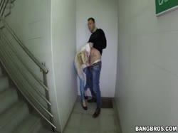 Гламурную блондинку мужик трахнул на лестнице не снимая одежды 3
