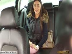 Молодая девушка трахнулась с таксистом за деньги