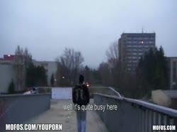 Рыжая девка сделала минет на улице и трахнулась в туалете